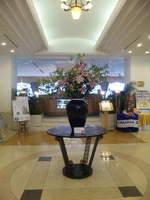 レストラン前の活け花.jpg