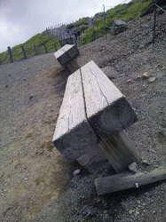 茶臼岳座れないベンチ.jpg